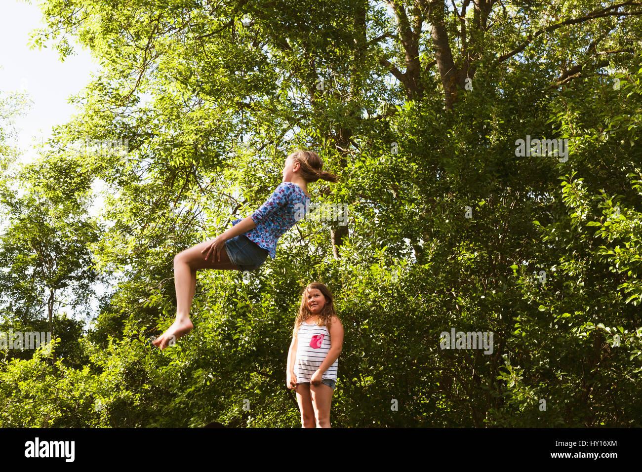 Schweden, Oland, zwei Mädchen (8-9, 10-11) spielen an einem sonnigen Tag Stockbild