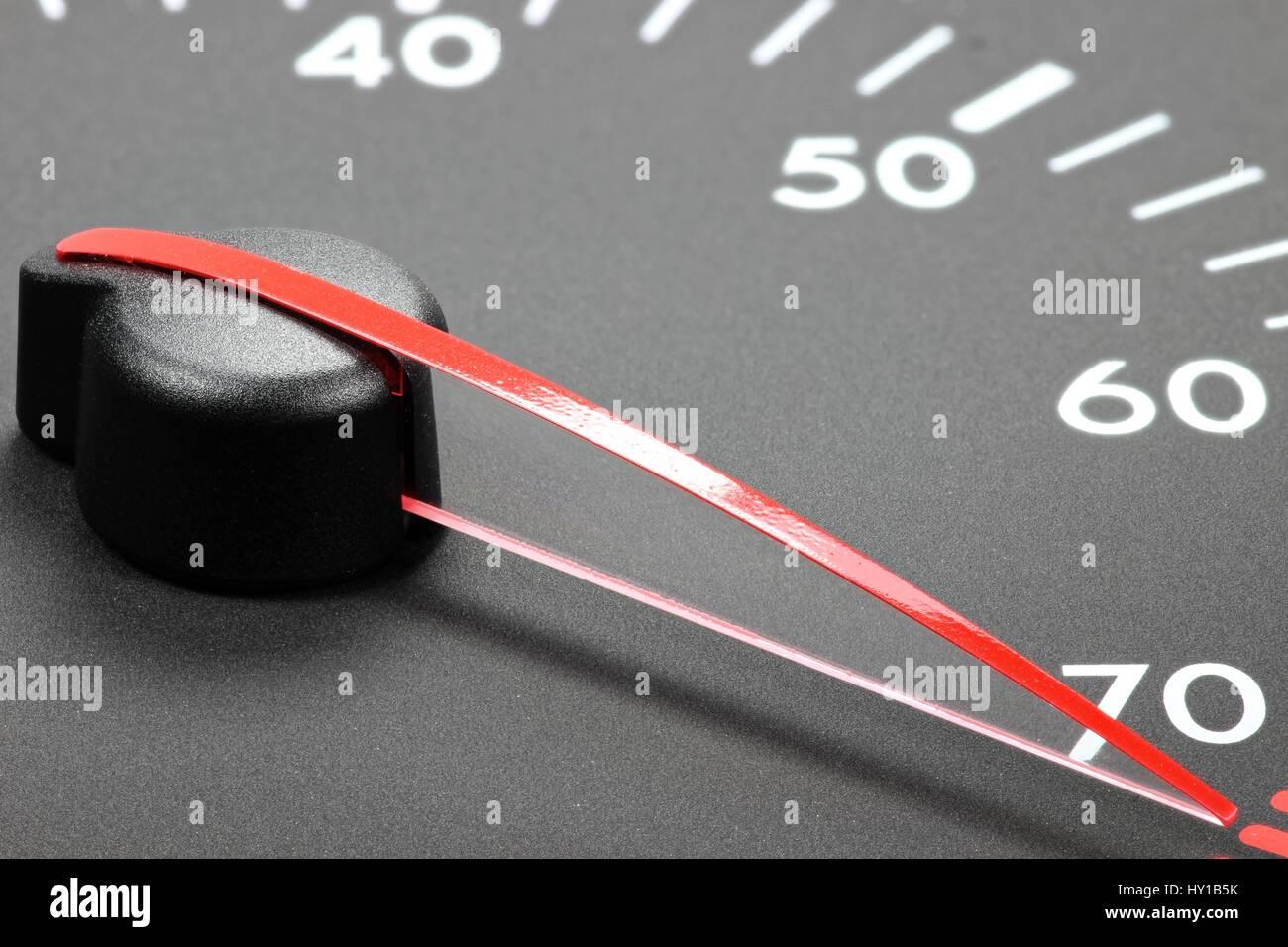 Drehzahlmesser im roten Bereich Stockbild