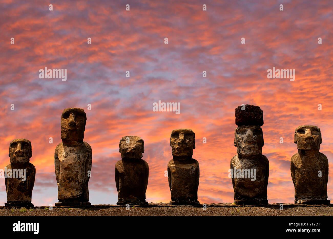 Dieses Bild zeigt 6 Moai Statuen am Ahu Tongariki auf der Osterinsel Stockbild