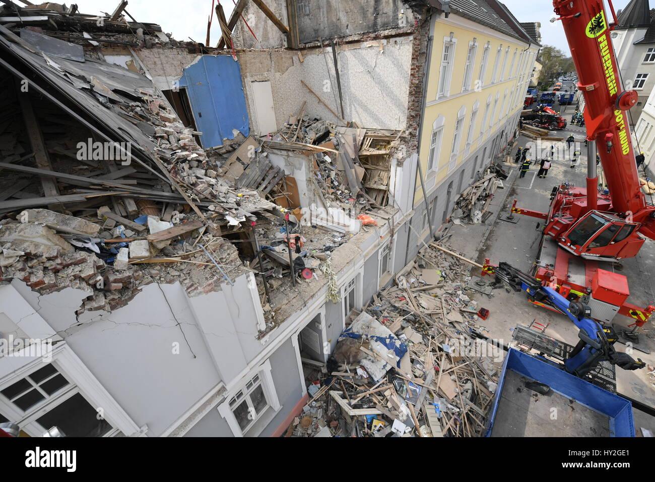 Dortmund, Deutschland. 1. April 2017. Kräne stehen vor einem Mehrfamilienhaus, die bei einer Explosion am Vortag Stockfoto