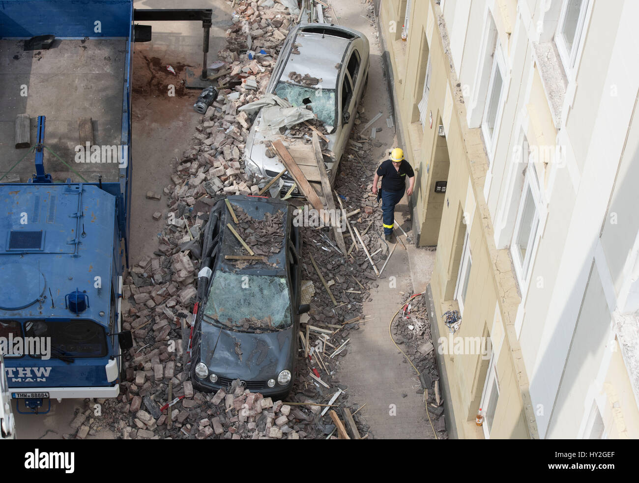 Dortmund, Deutschland. 1. April 2017. Beschädigte Autos vor einem Mehrfamilienhaus sehen, die bei einer Explosion Stockfoto