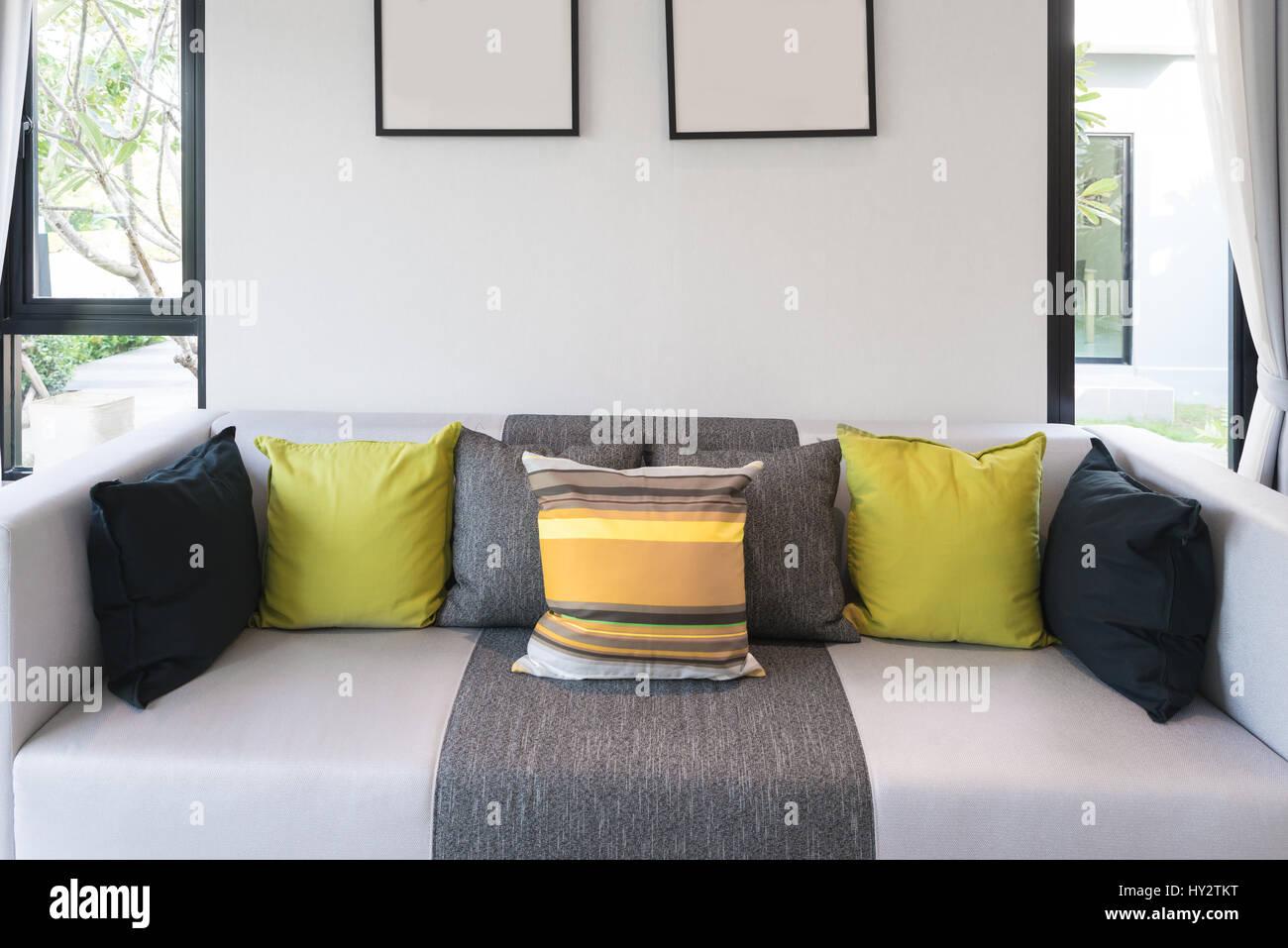 Lounge-Sofa und bunten Kissen in Lounge im Wohnzimmer im ...