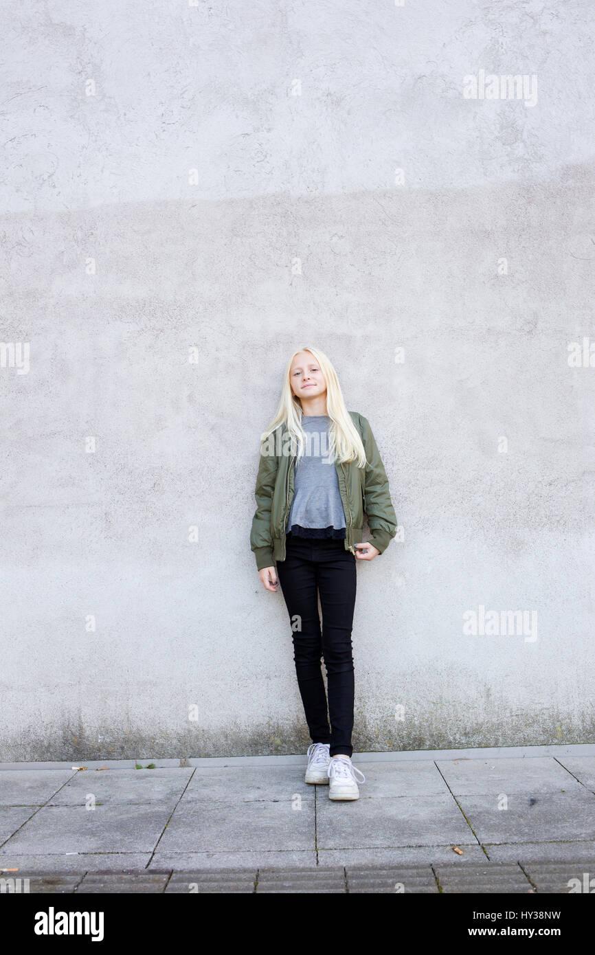 Schweden, Portrait von Mädchen (12-13) stehen gegen eine Betonwand Stockbild