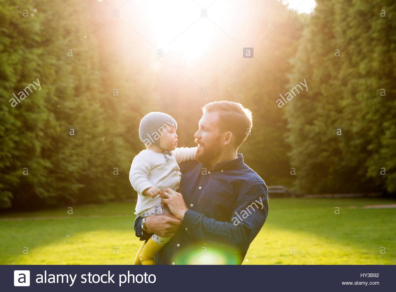 Schweden, Skåne, Malmö, Vater mit Sohn (18-23 Monate) in Park Stockbild