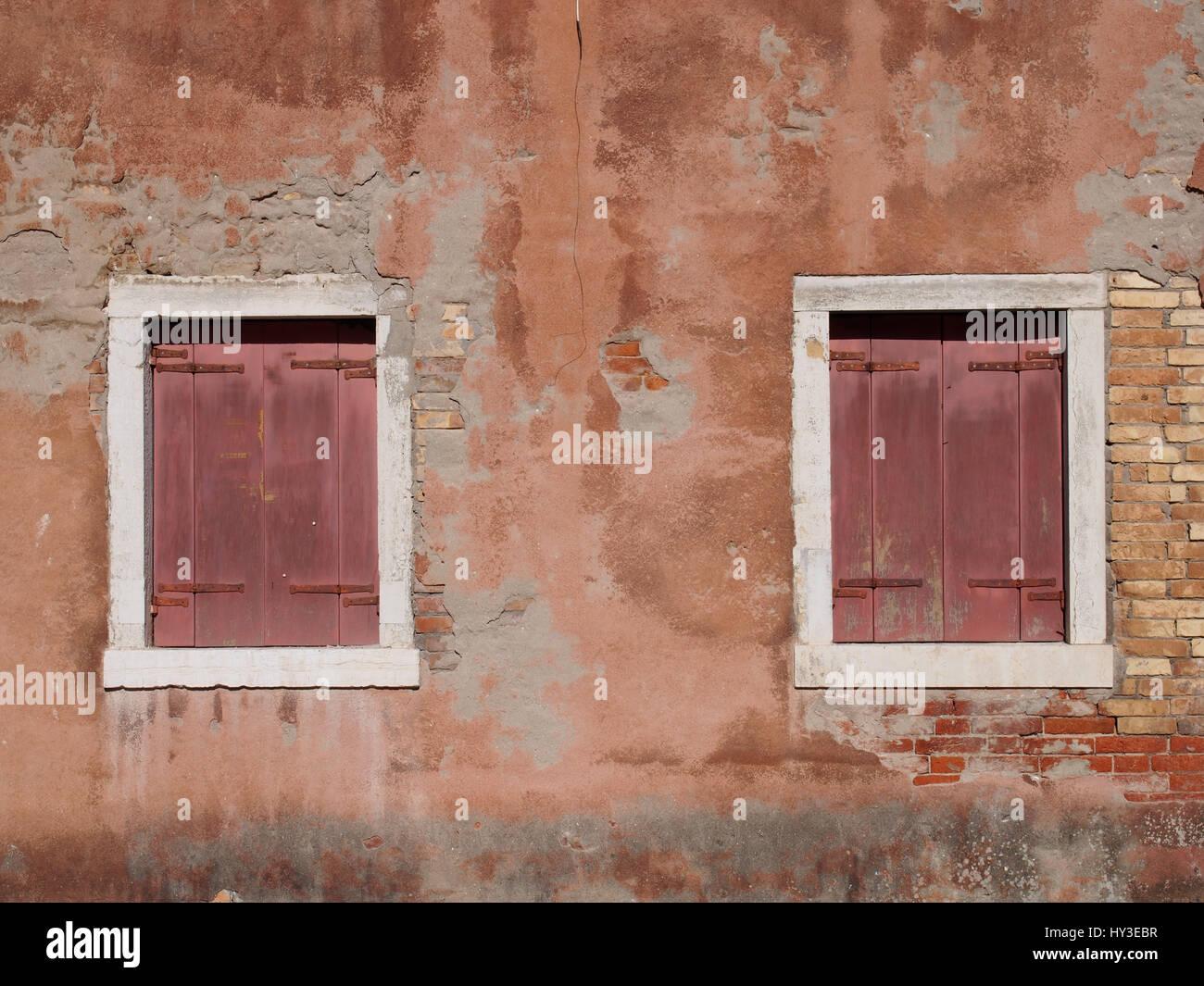 Vintage distressed Ocker bemalten Wand mit roten Fensterläden aus ...