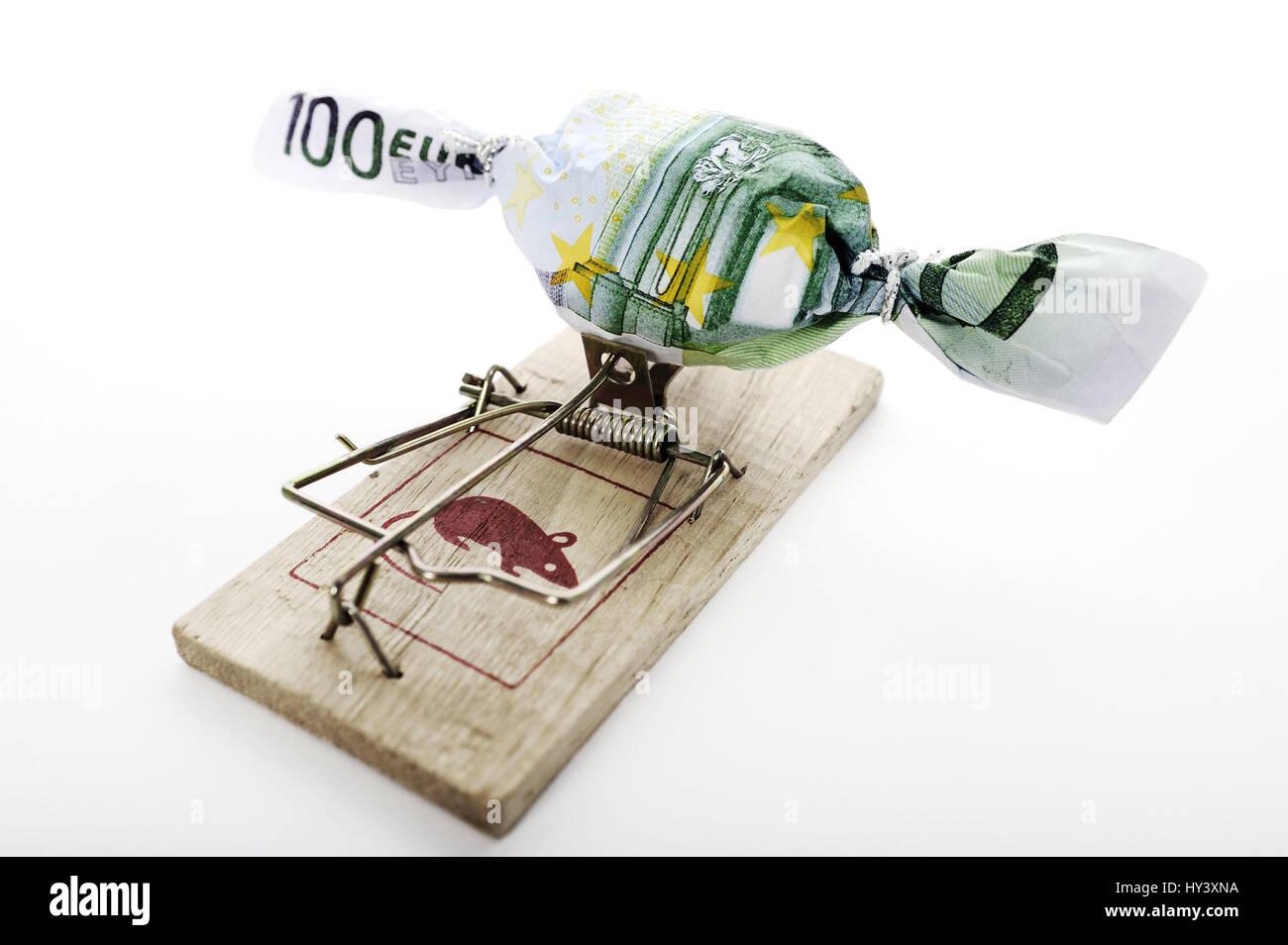 Sweet in Banknote undeutlich auf Mausefalle, symbolische Foto Schulden Case, Bonbon im Geldschein Eingewickelt Auf Mausefalle, Symbolfoto Schuldenfalle Stockfoto
