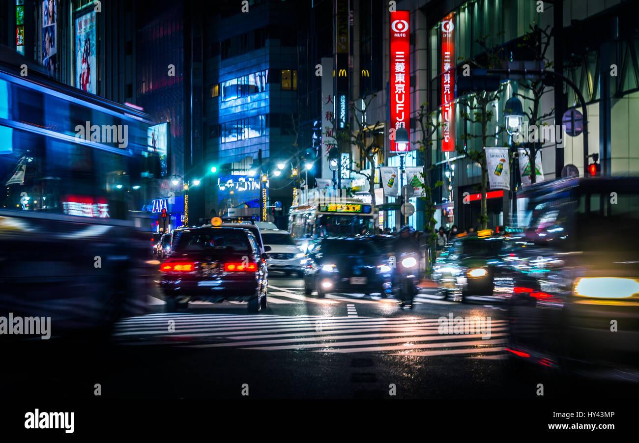Verkehr auf Straße der Stadt in der Nacht Stockbild