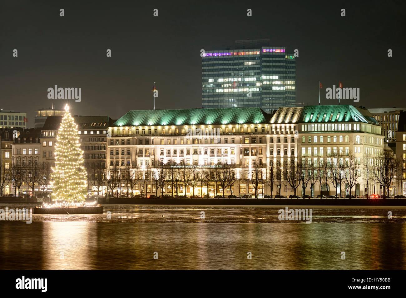 weihnachten tanne auf der binnenalster und hotel vier jahreszeiten in hamburg deutschland. Black Bedroom Furniture Sets. Home Design Ideas
