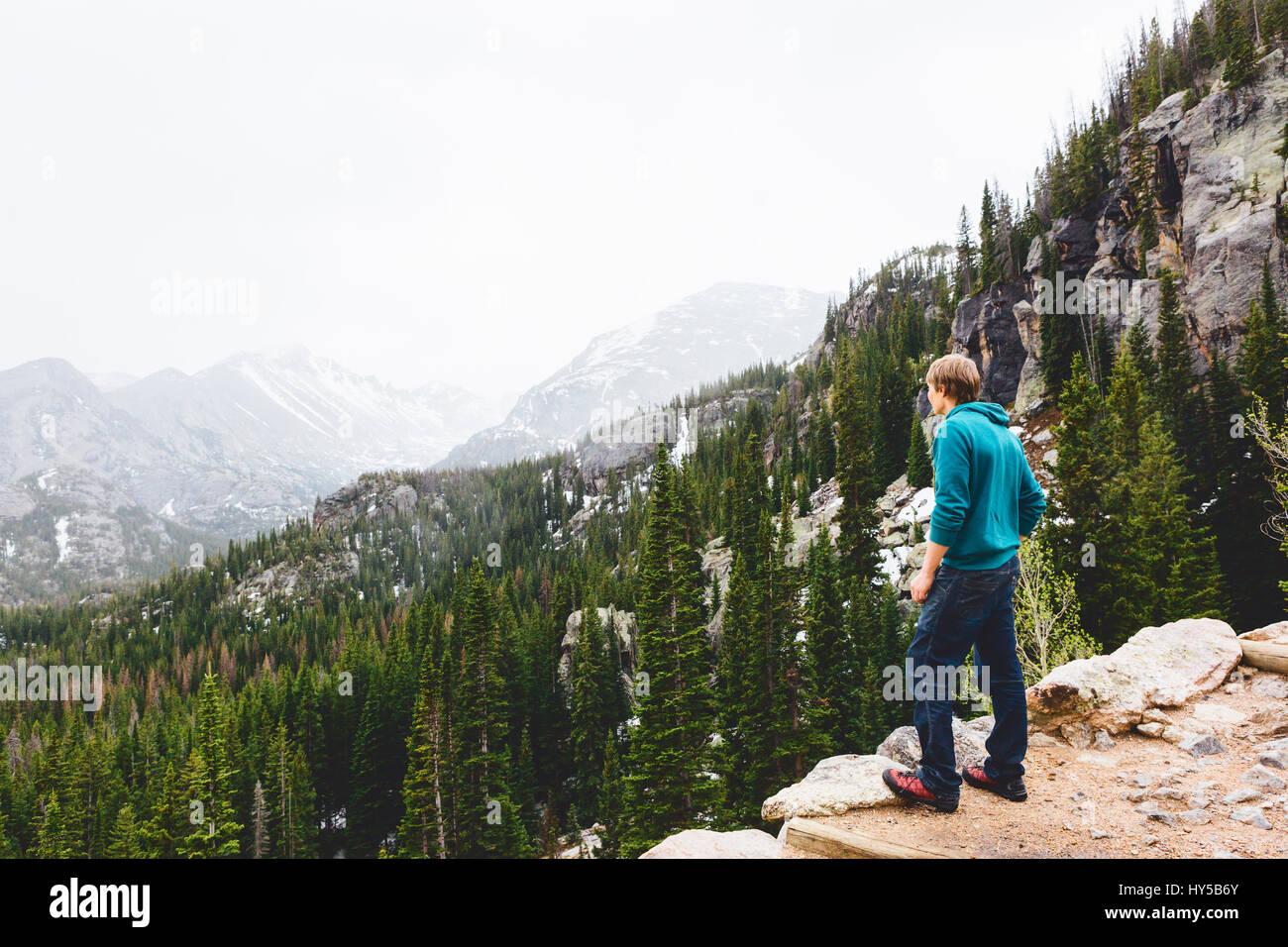 Usa, Colorado, Rocky Mountain National Park, Mann an der Berge suchen Stockbild