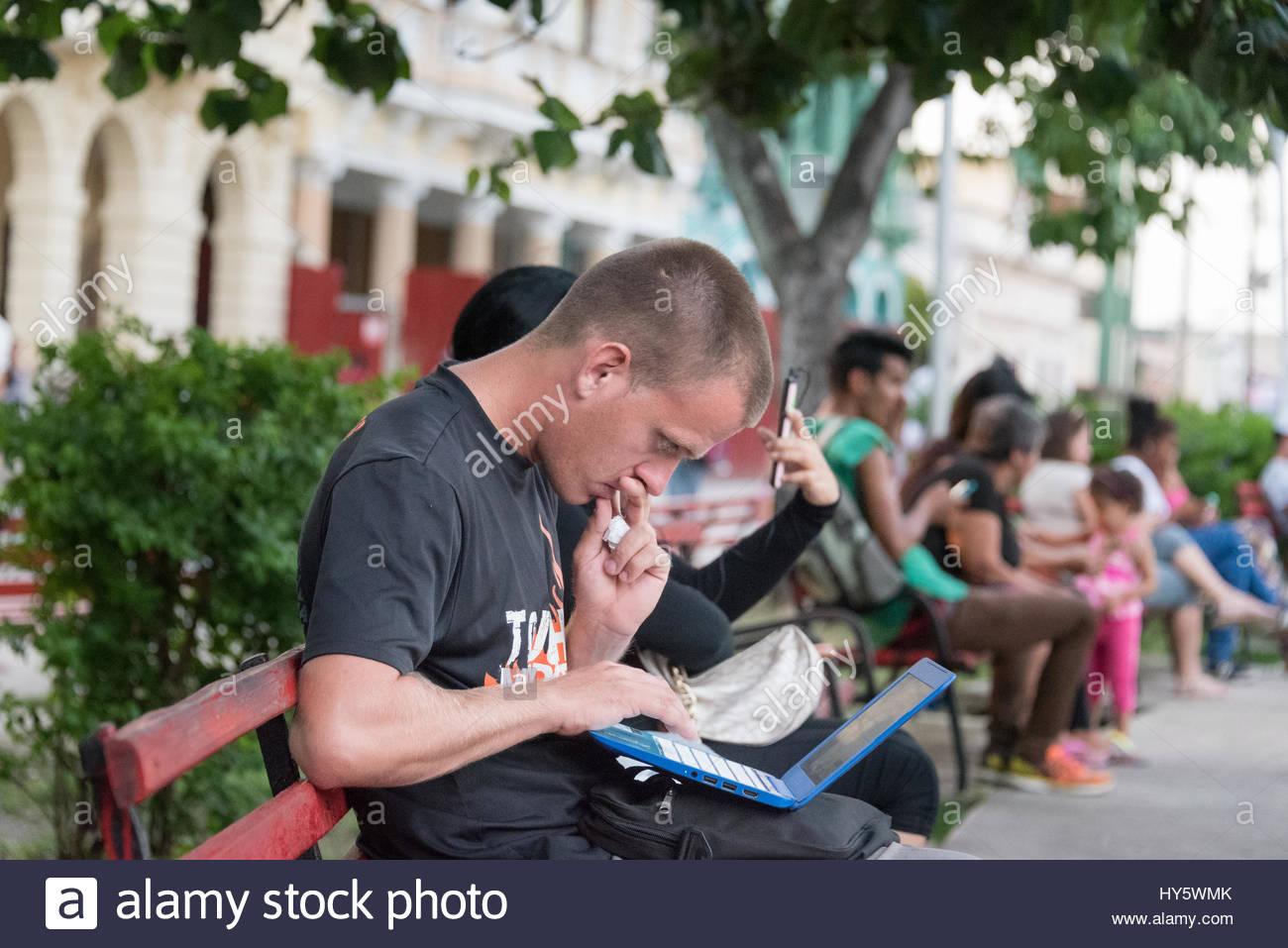 Kubaner, die Verbindung zum Internet über Wifi im Plaza Leoncio Vidal. Aufgrund der geringen Geschwindigkeit Stockbild