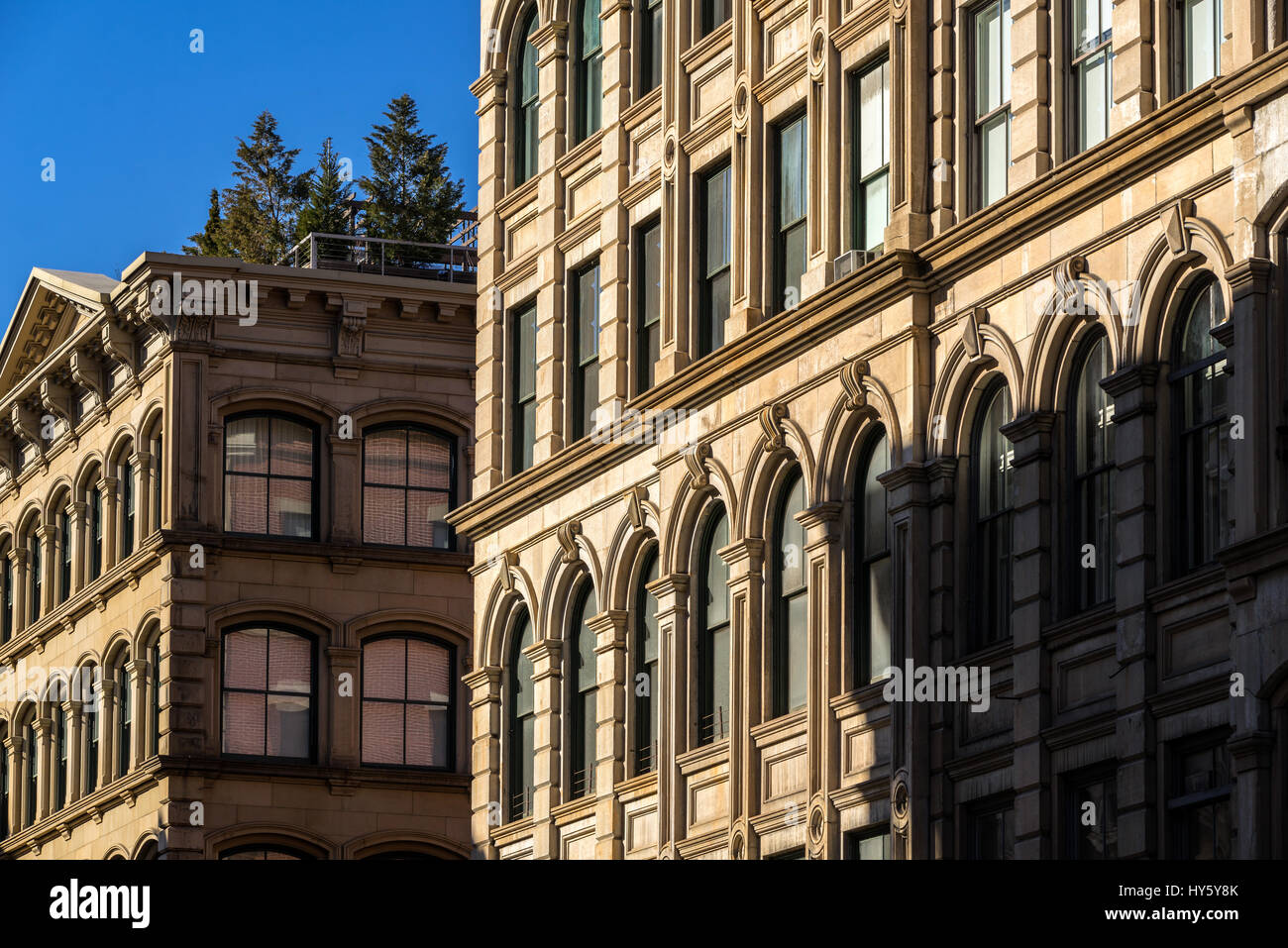 Typische Soho Gebäudefassaden mit Verzierungen und Terrassen, Manhattan, New York City Stockbild