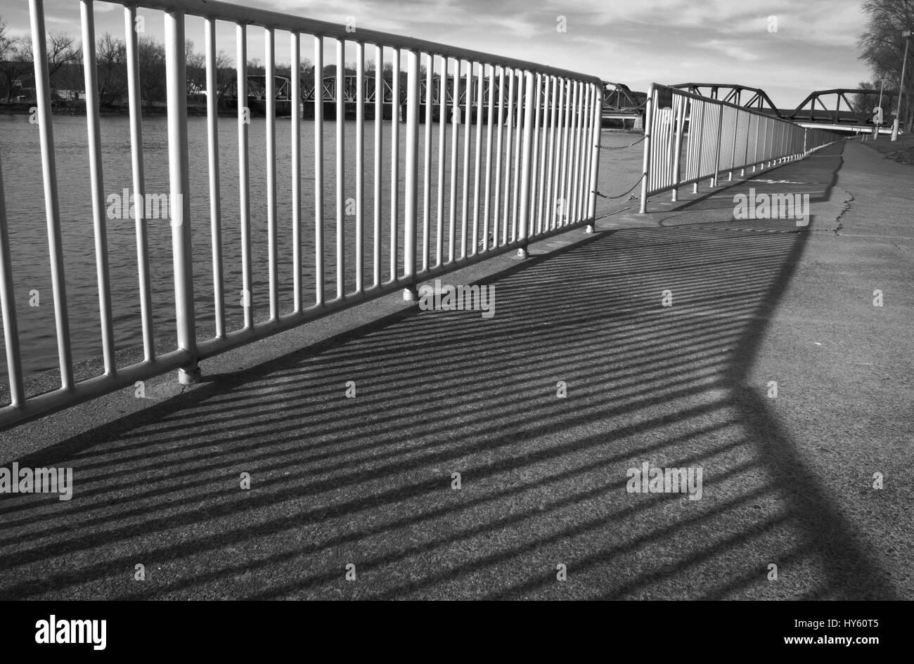 Wiederholung-Geländer-Schatten Stockbild