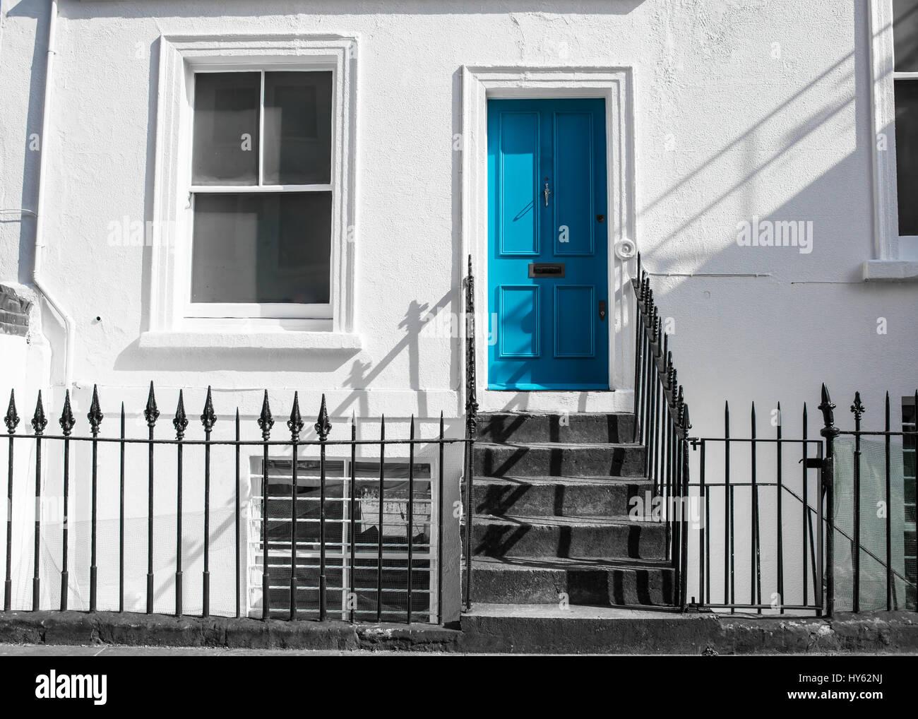 Haustur Hellblau Auf Weisse Wand Mit Treppen Und Schwarzen Metall