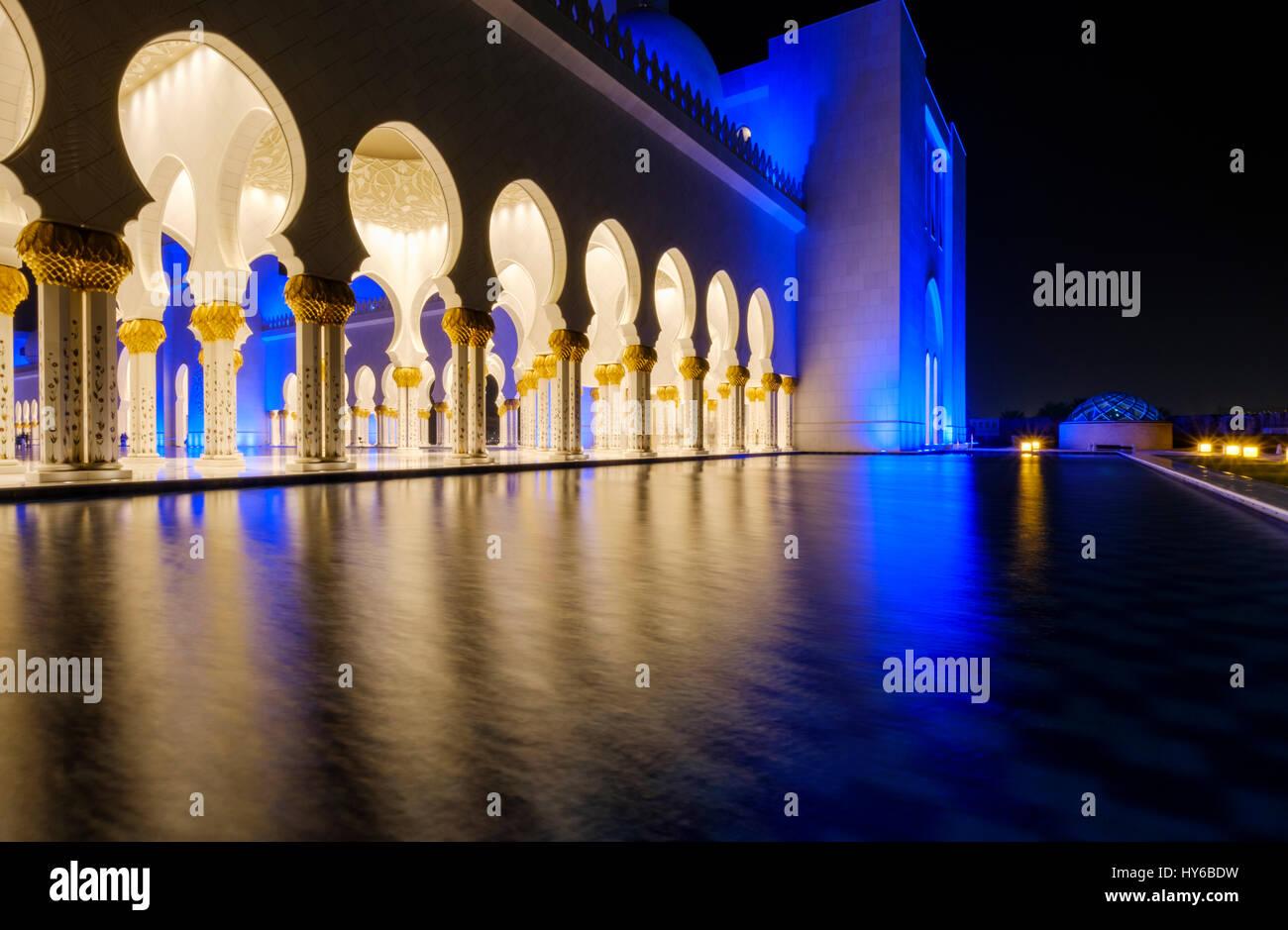 Vereinigte Arabische Emirate, ABU DHABI - ca. Januar 2017: Pool, Bögen und Säulen der Sheikh-Zayed-Moschee Stockbild