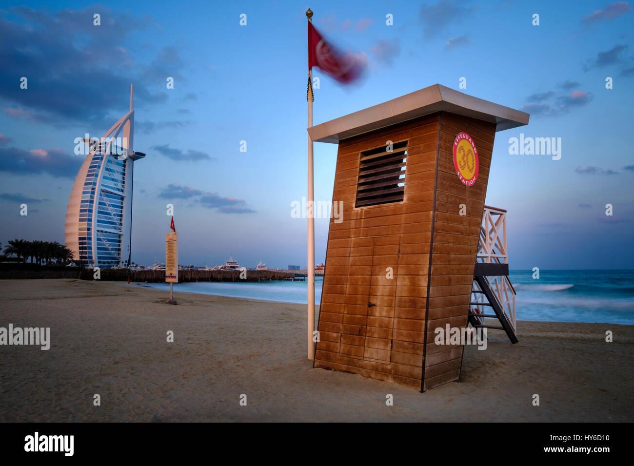 Vereinigte Arabische Emirate, DUBAI - ca. Januar 2017: Strandwache am Jumeirah Public Beach bei Sonnenaufgang. mit Stockfoto