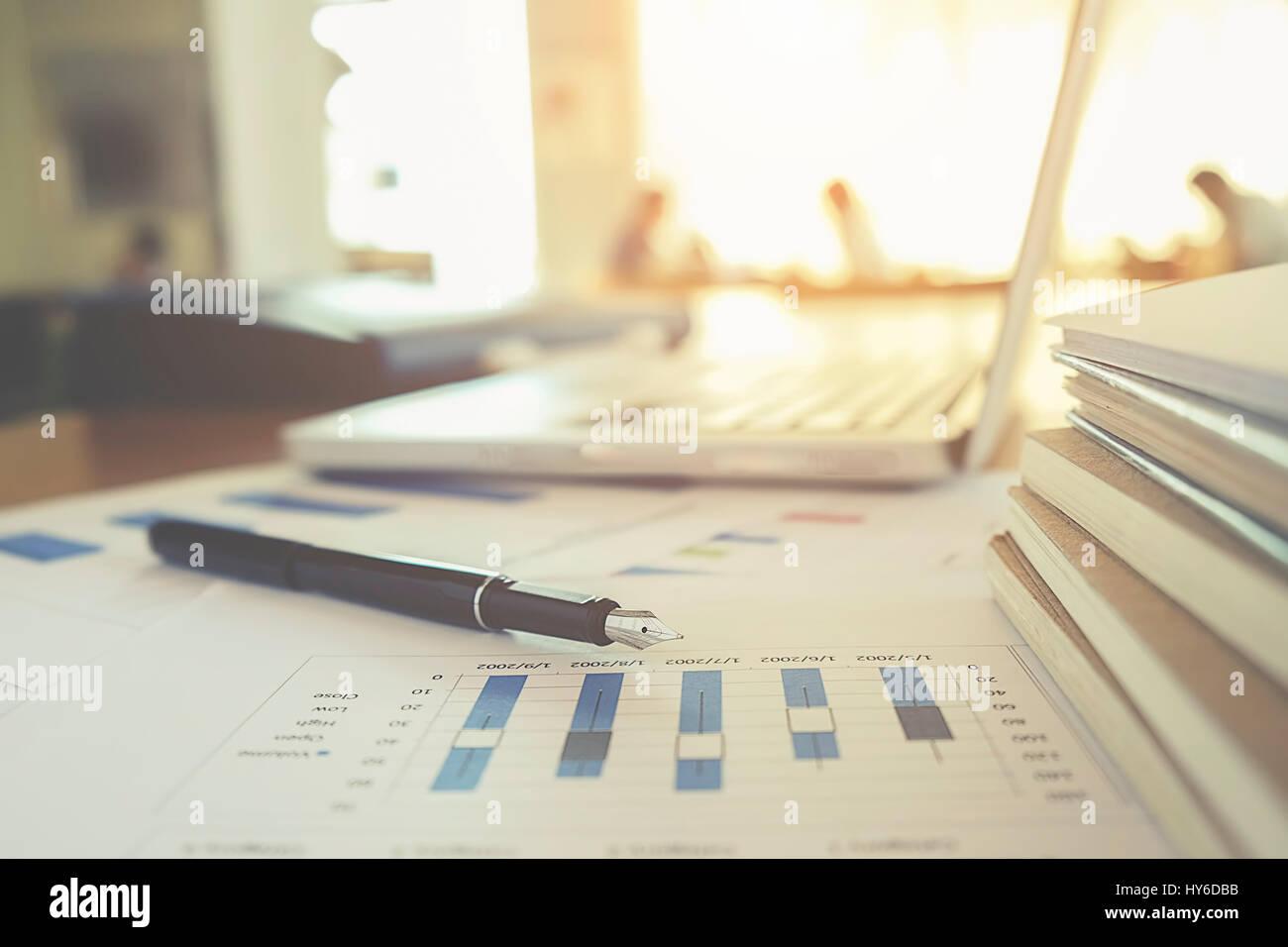 Geschäftskonzept mit Textfreiraum. Büro Schreibtisch Tisch mit Stift-Fokus und Analyse-Diagramm, Computer, Stockbild