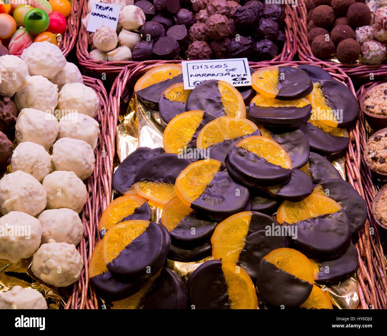 Getrocknete Orangen überzogen mit Schokolade zum Verkauf im Markt La Boqueria, Las Ramblas, Barcelona, Katalonien, Stockbild