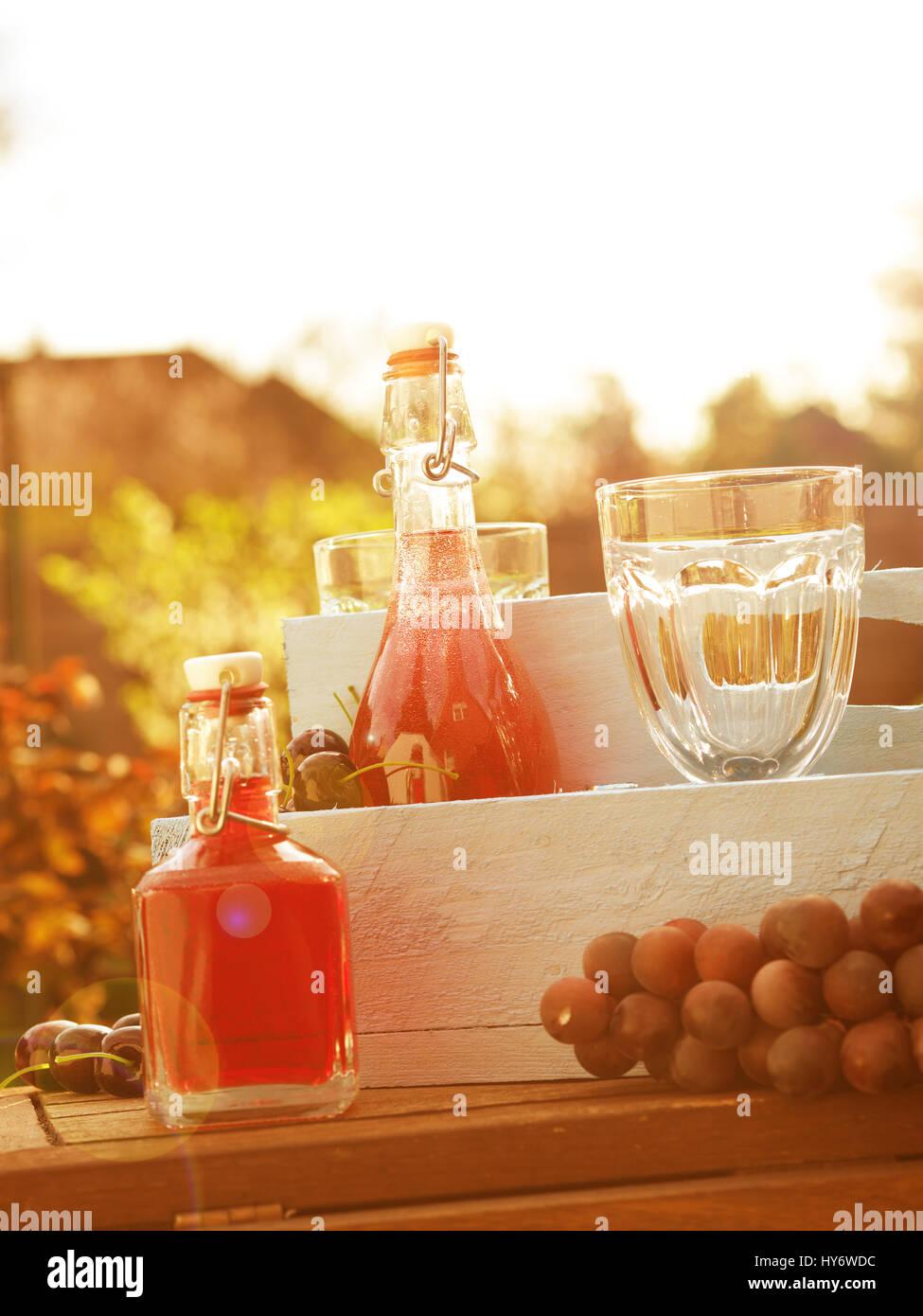 Sommer Getränke in einer rustikalen Holzkiste mit Brille in einem ...