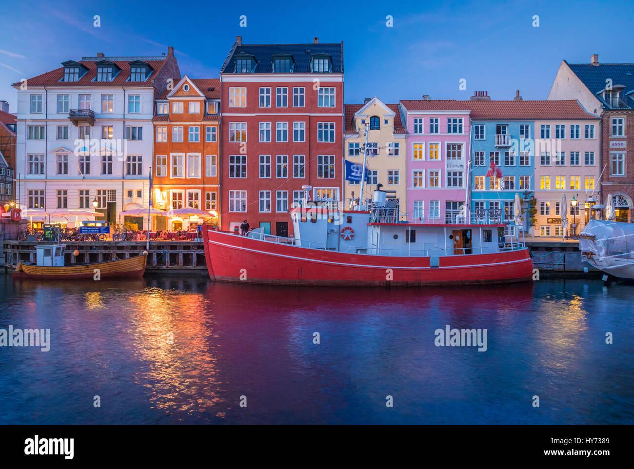 Nyhavn ist eine bunte 17. Jahrhundert am Wasser, Kanal und beliebten Vergnügungsviertel in Kopenhagen, Dänemark. Stockbild