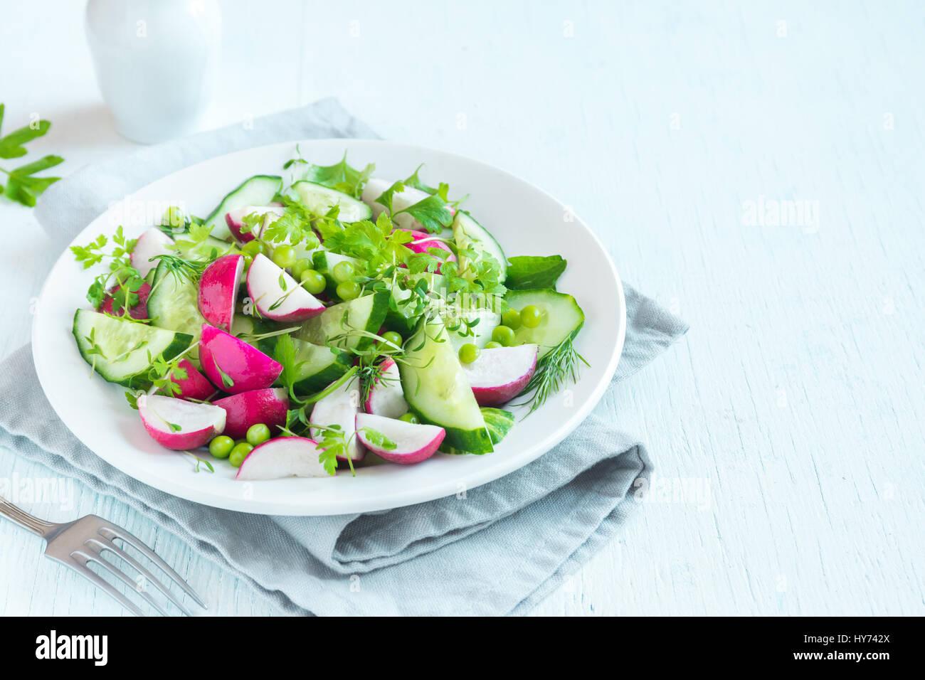Gesundes Gemüse Frühlingssalat mit Rettich, Gurken, grüne Erbsen und Rosenkohl, Diät, vegetarisch, Stockbild