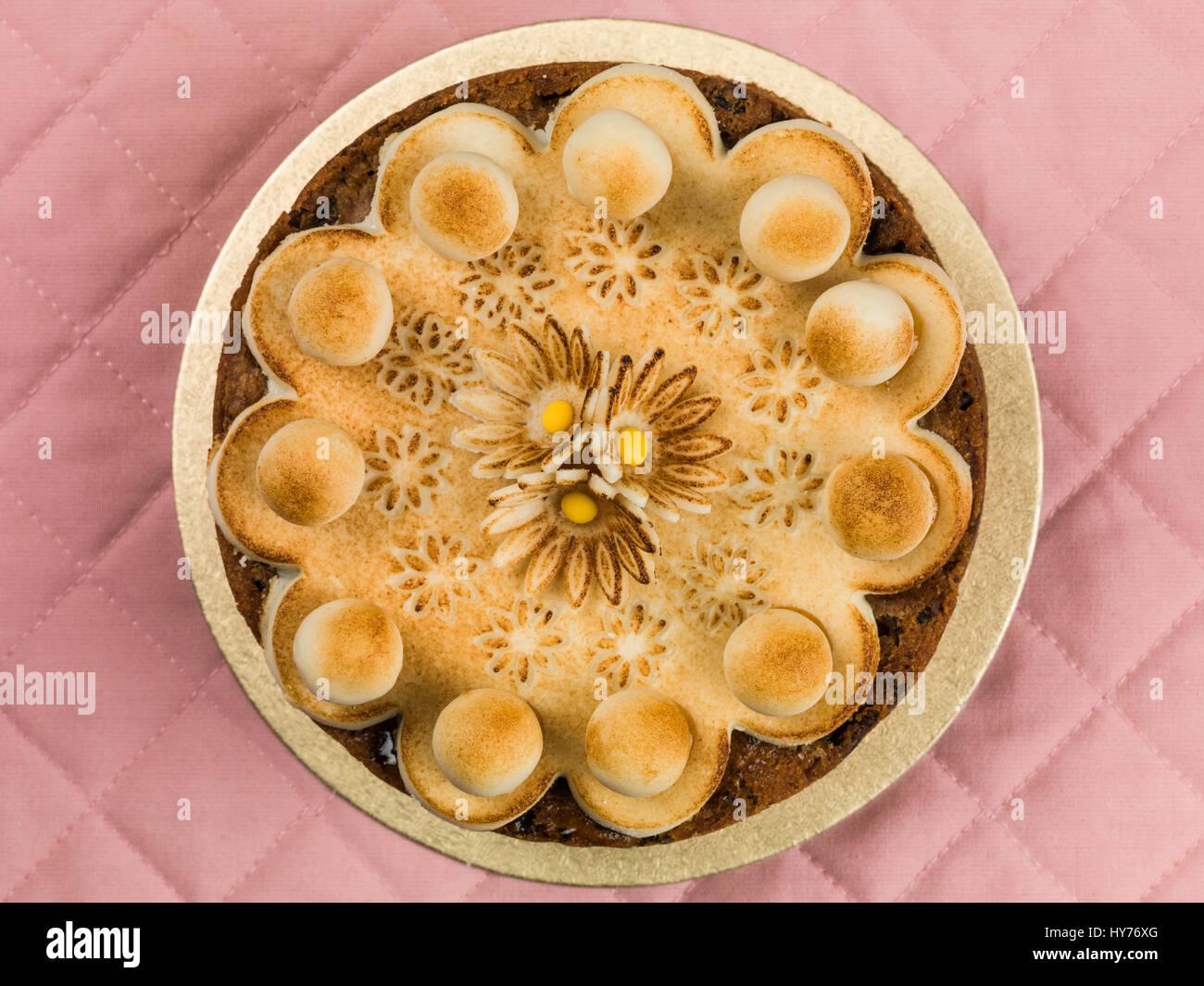 Ostern Simnel Kuchen Mit Marzipan Glasur Und Dekoration Vor Einem