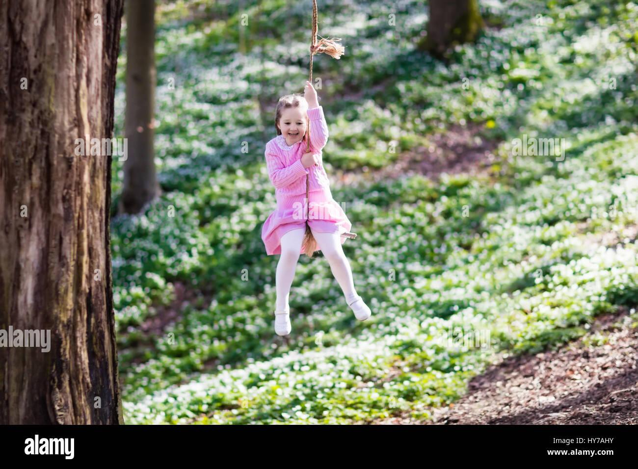 Bekannt Niedliche kleine Mädchen im rosa Kleid auf Baum Seil Schaukel in LU16