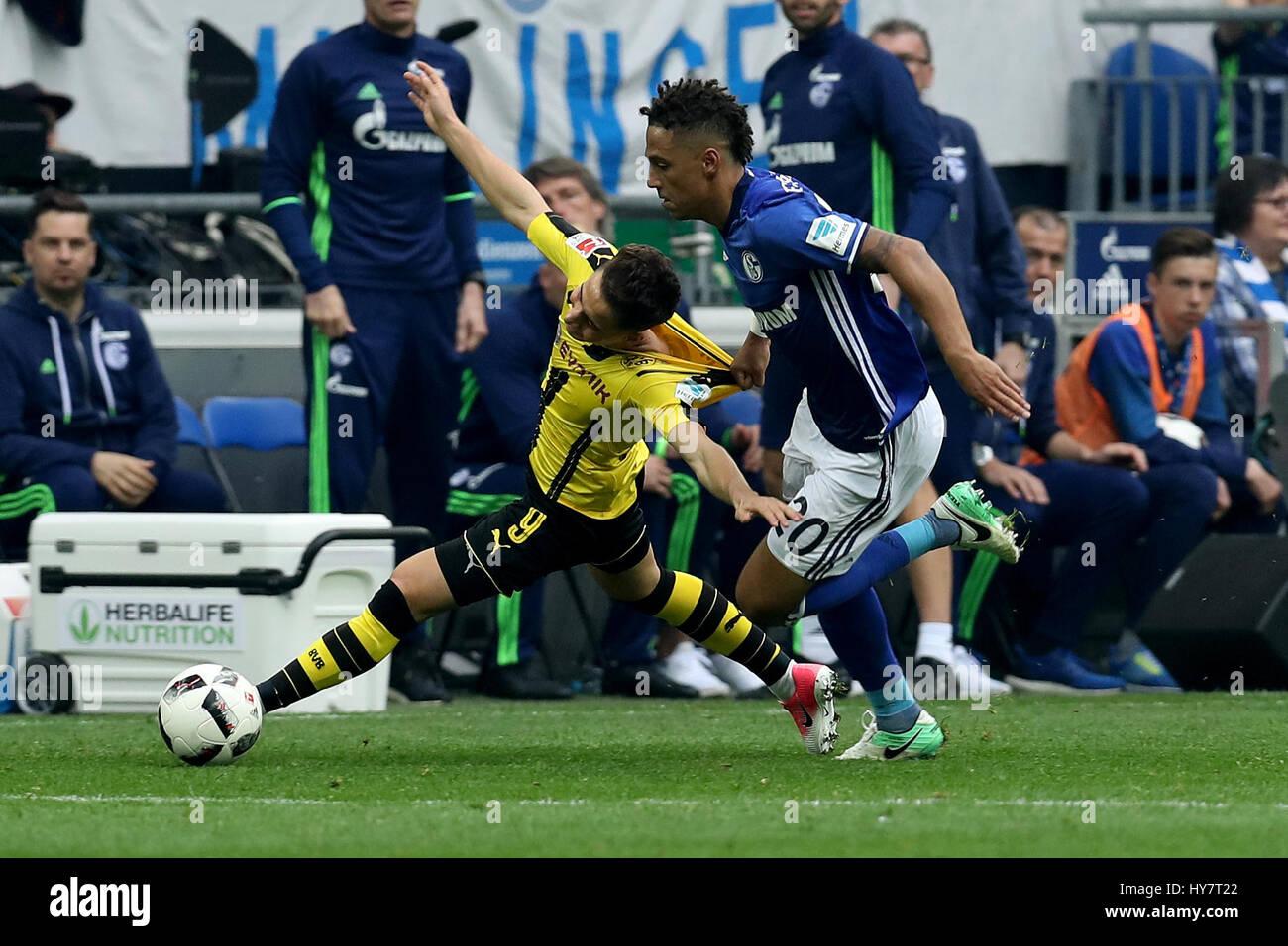Gelsenkirchen. 1. April 2017. Thilo Kehrer (vorne R) vom FC Schalke 04 wetteifert mit Emre Mor (L) von Borussia Stockfoto
