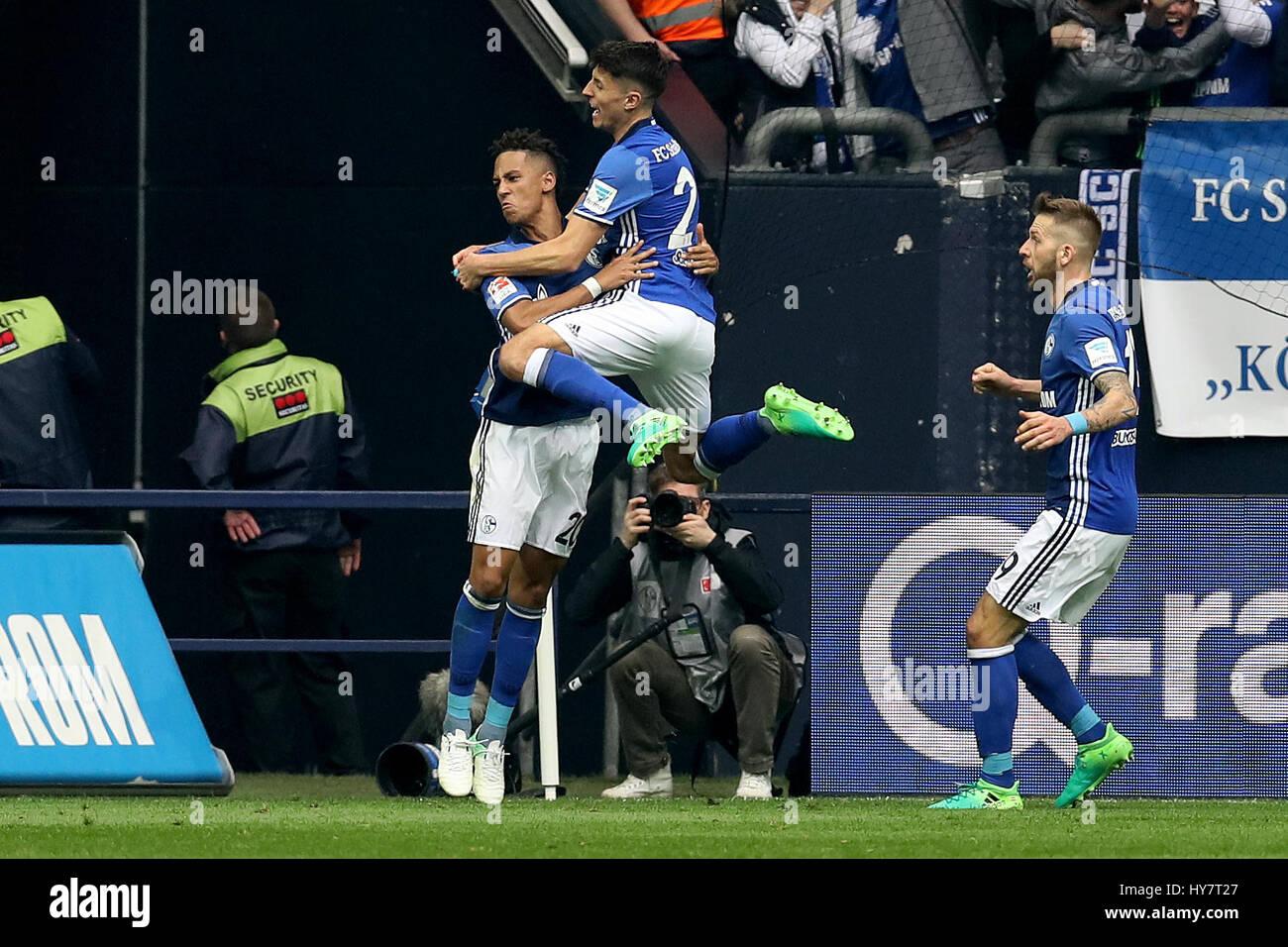 Gelsenkirchen. 1. April 2017. Thilo Kehrer (L) des FC Schalke 04 feiert mit seinen Teamkollegen nach seinem Tor Stockfoto