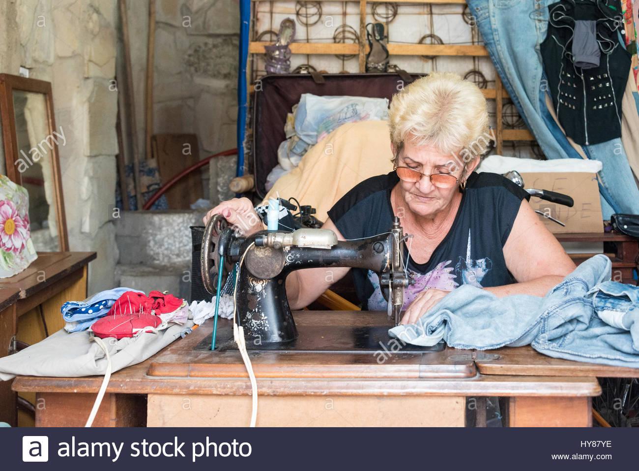 Kubanische Selbständige Schneiderin Frau Nähen Alte Kleidung Oder