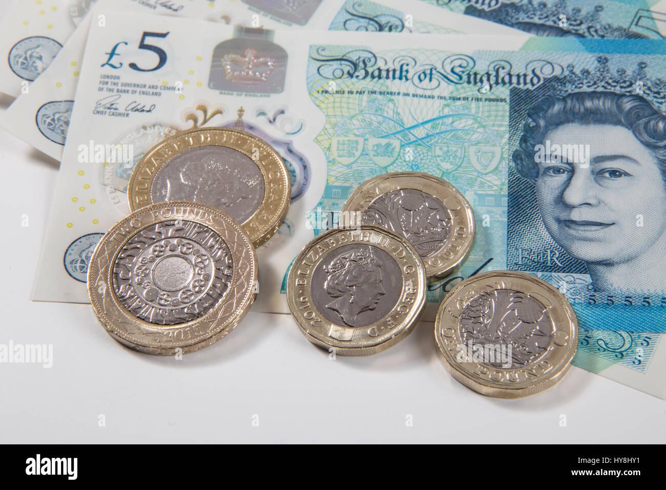 Neue 1 Pfund Münzen 2 Pfund Münzen Und 5 Pfund Noten Stockfoto