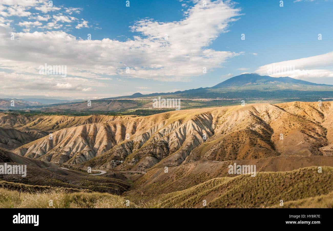 Badlands in der Landschaft von Sizilien, in der Nähe von Biancavilla; Vulkan Ätna im Hintergrund Stockbild