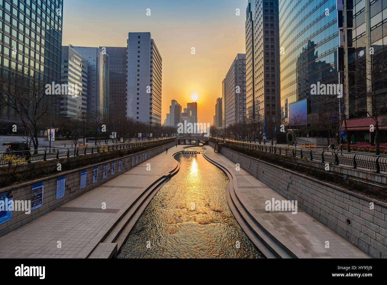 Cheonggyecheon Stream und Seoul Skyline der Stadt bei Sonnenaufgang, Seoul, Südkorea Stockbild