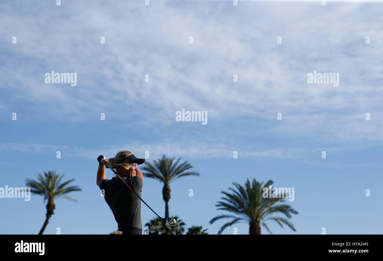 Rancho Mirage, Kalifornien, USA. 2. April 2017. 2. April 2017 Suzann Pettersen aus Norwegen trifft einen Abschlag Stockfoto