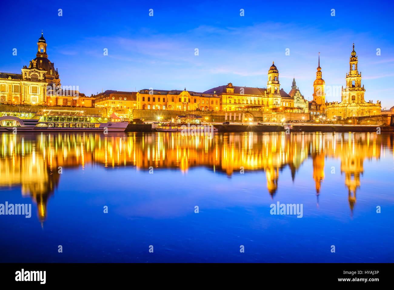 Dresden, Deutschland. Kathedrale der Heiligen Dreifaltigkeit oder der Hofkirche, der Brühlschen Terrasse. Dämmerung Stockbild