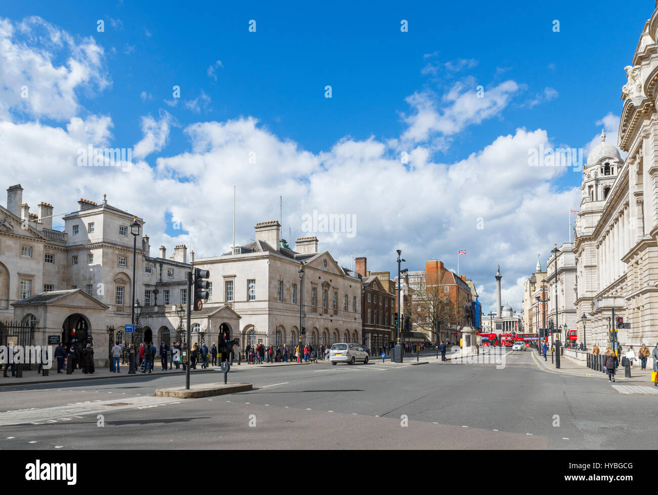Whitehall, London. Blick nach unten Whitehall mit Horse Guards Gebäude links und Nelson Säule in der Ferne, Stockbild