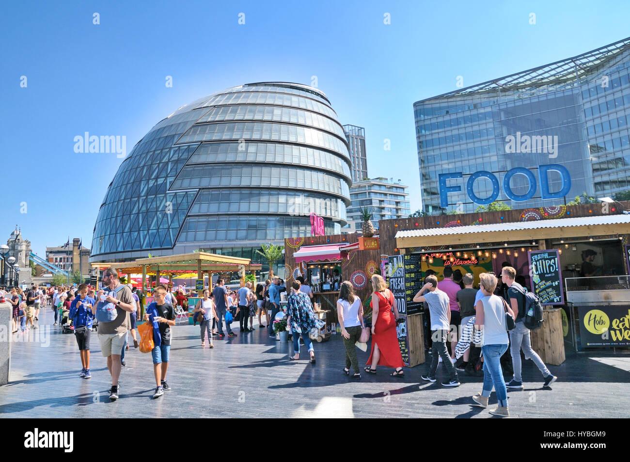 Mehr London Riverside und Rathaus.  Menschen genießen das sommerliche Wetter und Essen Ständen in der Stockbild
