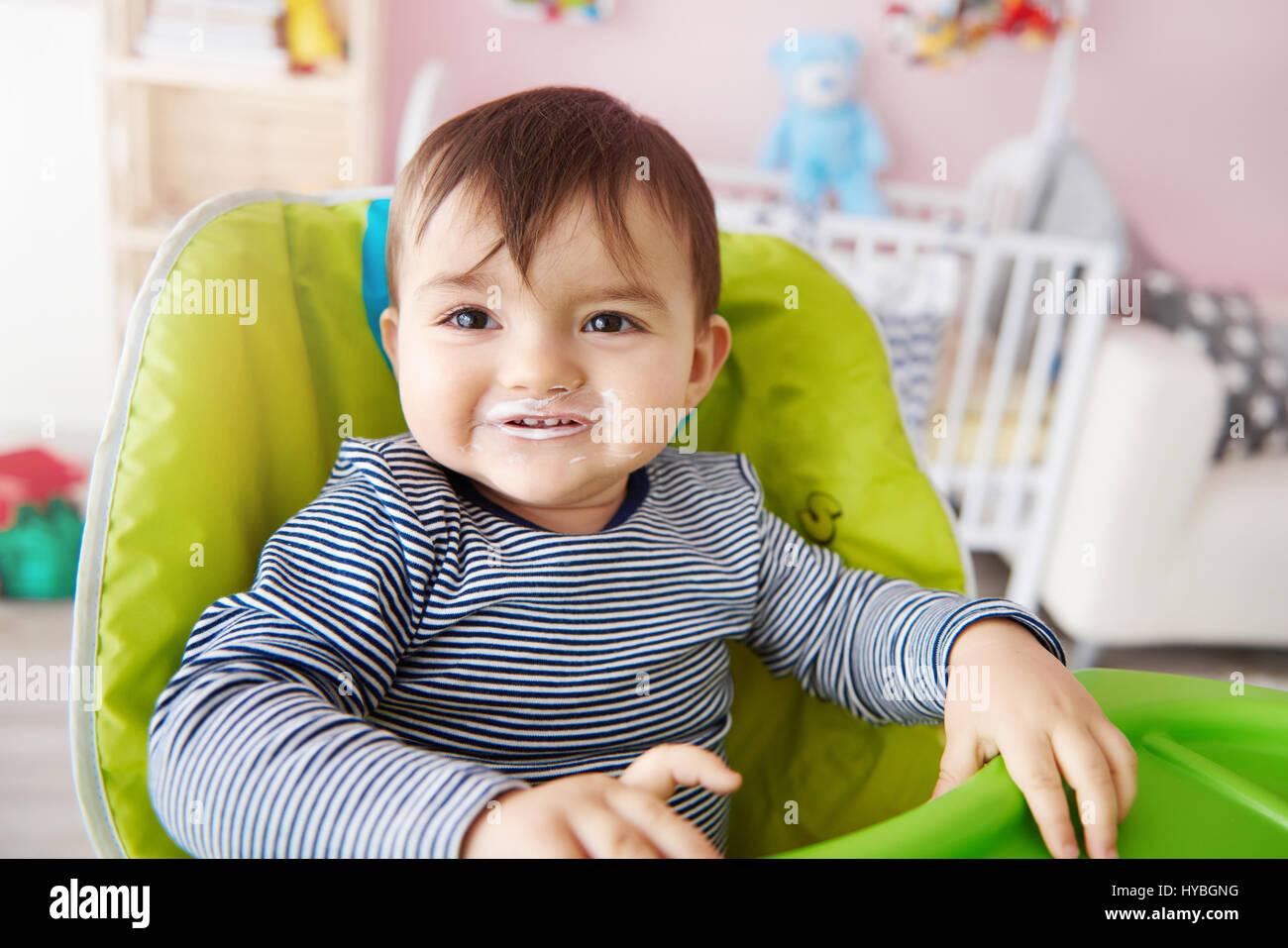 Taille bis Baby jungen über Fütterung Stockbild