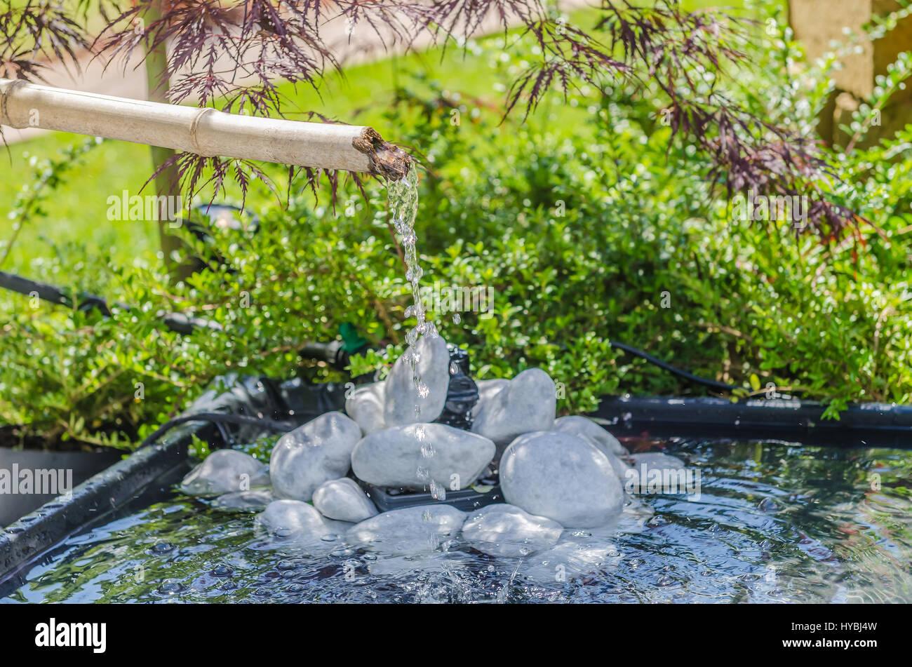 Traditionelle Bambus Brunnen In Einem Japanischen Garten Stockfoto