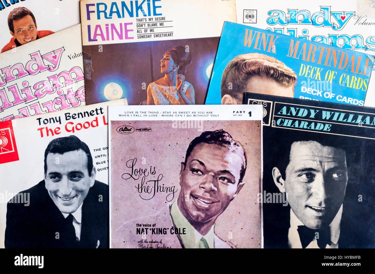 Eine Auswahl der 1950er und 1960er Jahren singles Vinyl-Schallplatten. Stockbild