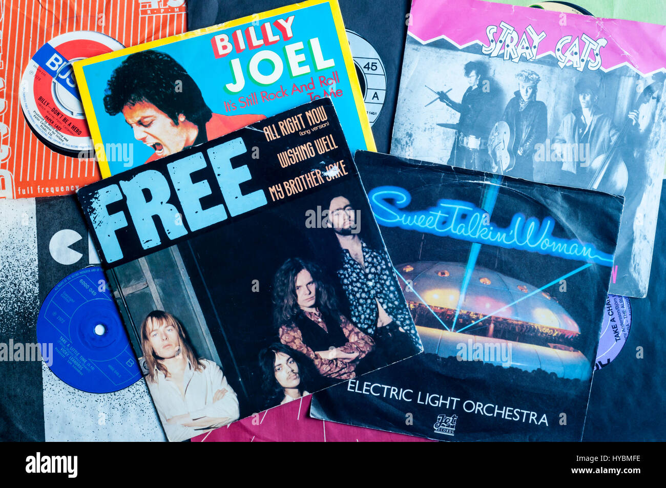 Eine Auswahl der 1970er und 1980er Jahren singles Vinyl-Schallplatten. Stockbild