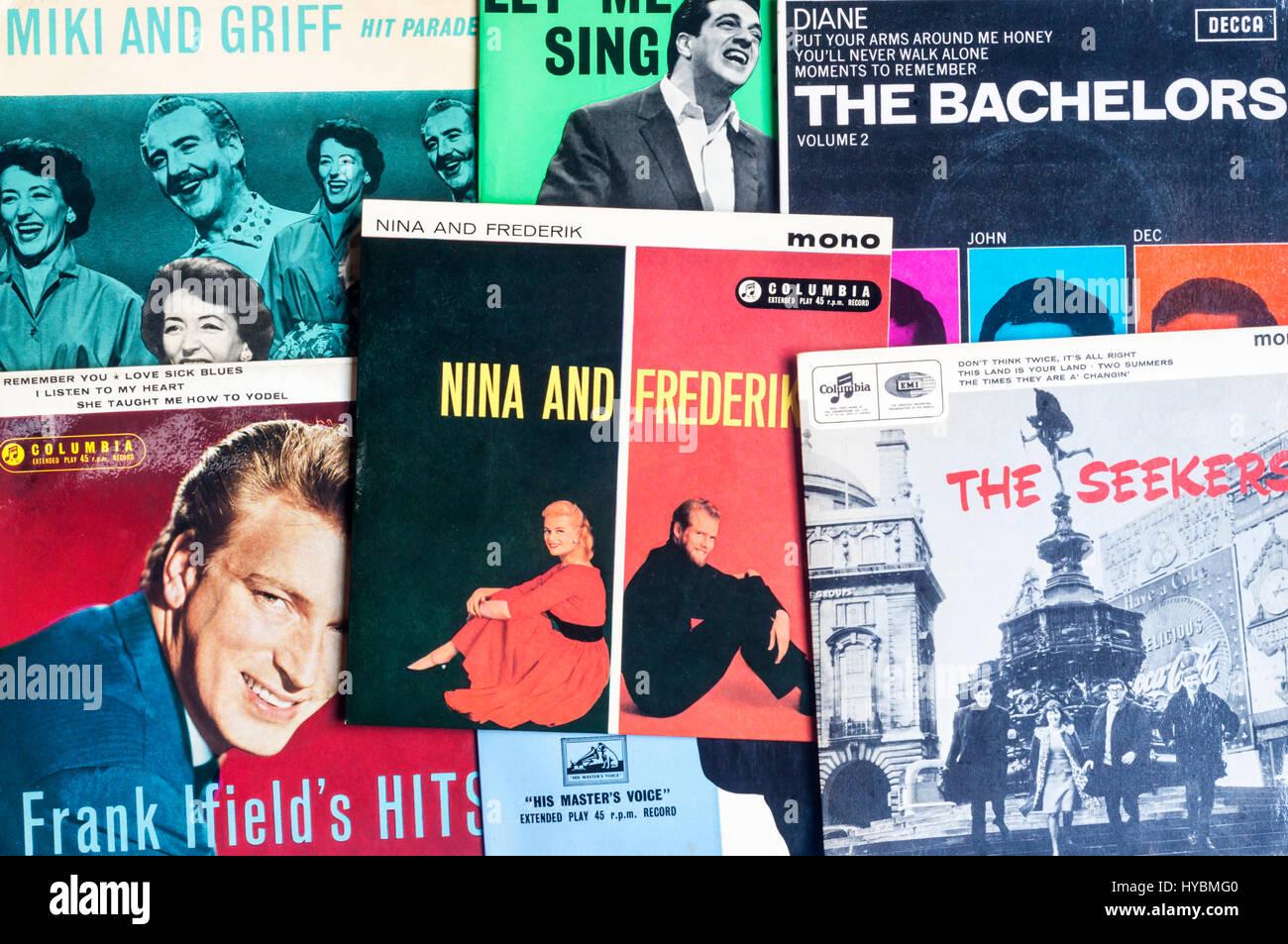 Eine Auswahl von Anfang der 1960er Jahre singles Vinyl-Schallplatten. Stockbild