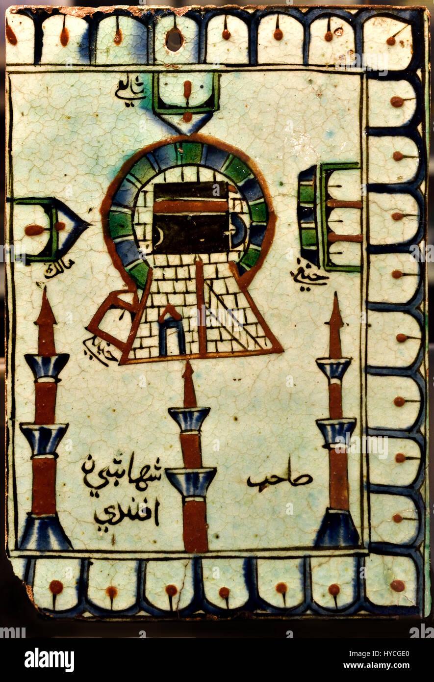 Diese Fliese zeigt Haram al-Sharif bei Makka (Mekka), mit der Kaaba im Mittelpunkt (es gibt auch den Namen des Besitzers, Stockbild