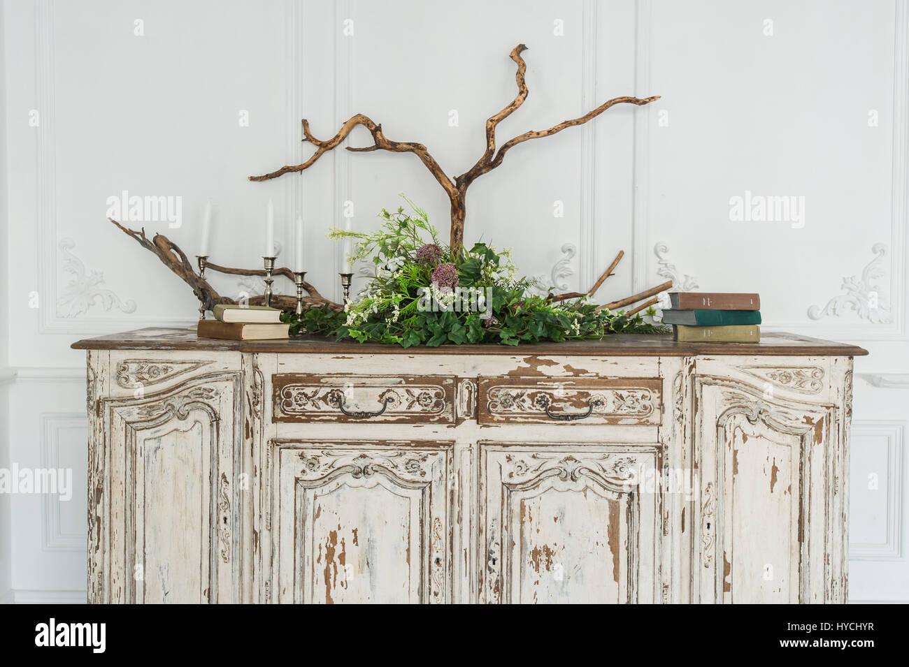 Weisse Alte Vintage Kommode Mit Pflanzen Und Handgefertigte Wolle