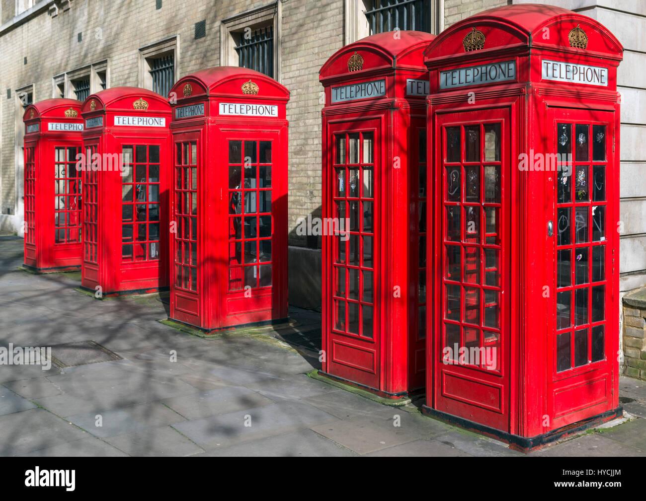 Rote Telefonzellen, England. Reihe von traditionellen roten Telefonzellen, Covent Garden, West End, London, England, Stockbild