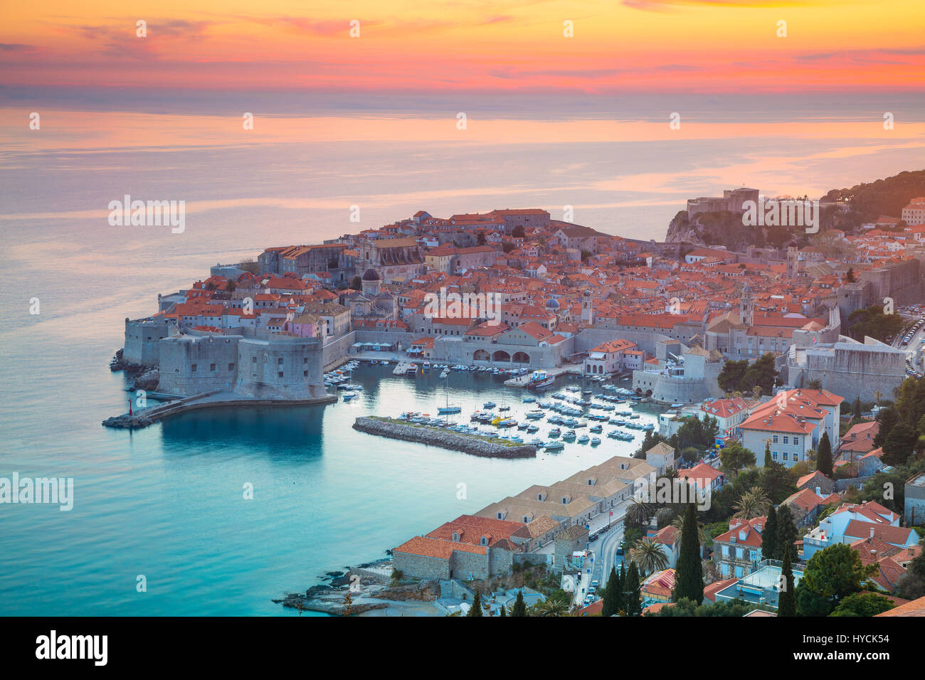 Dubrovnik, Kroatien. Schöne romantische Altstadt von Dubrovnik während des Sonnenuntergangs. Stockbild