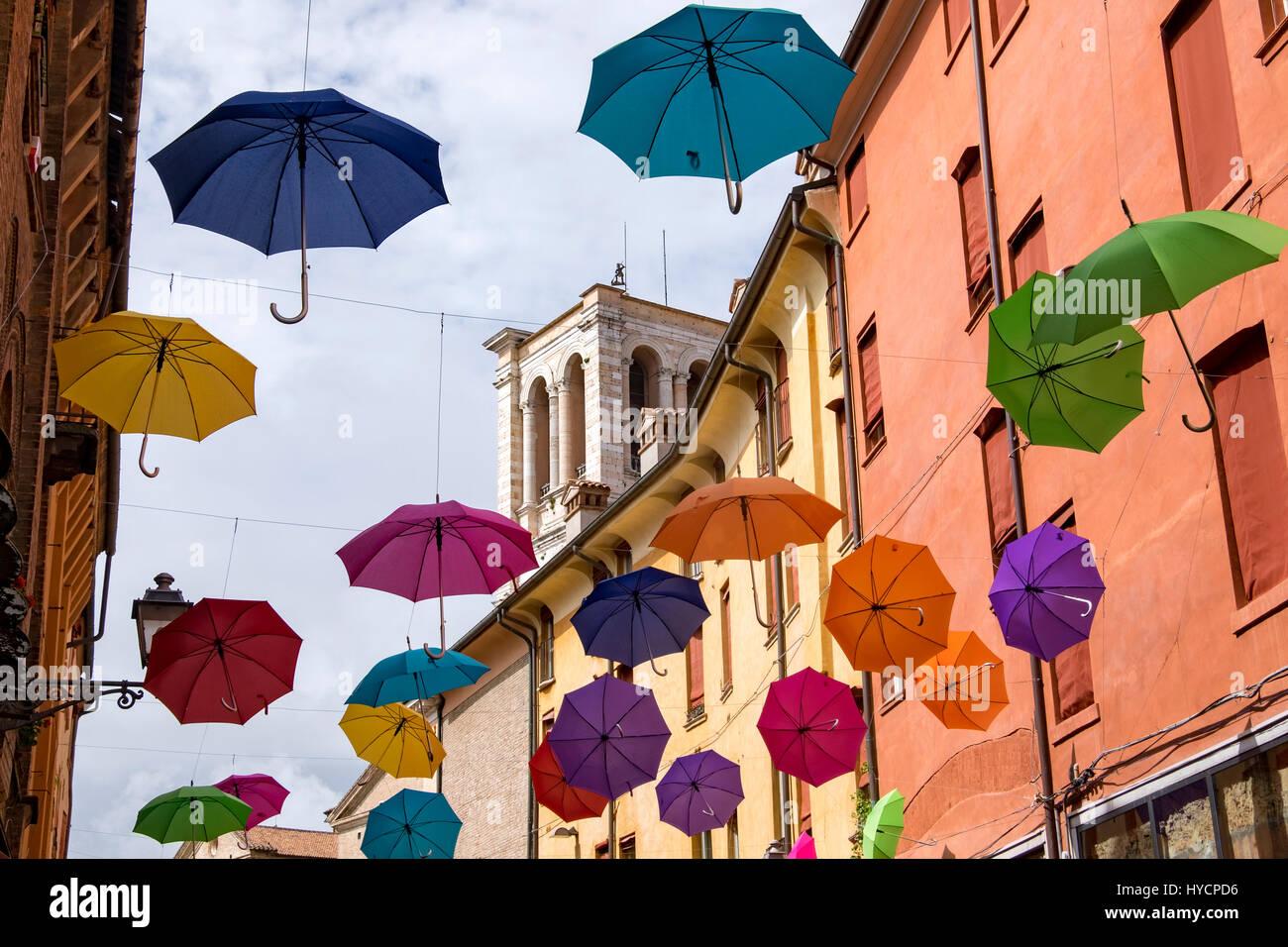 Feier der Namenstag von Ferrara, Saint George mit einer Darstellung der offenen Sonnenschirme Futter einer großen Stockbild