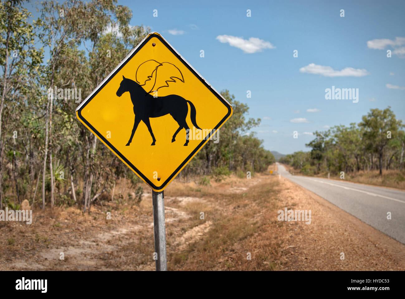 Humorvolle verunstaltete Warnzeichen zeigen geflügelte Pferde voraus. Northern Territories, Australien Stockfoto