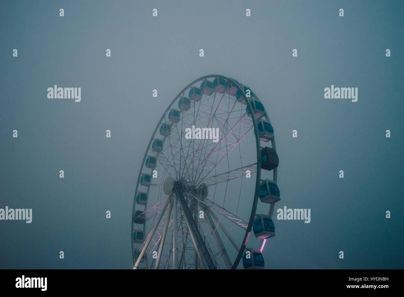 Mysterios inaktiv Riesenrad durch schwere Nebel Abend Stockbild