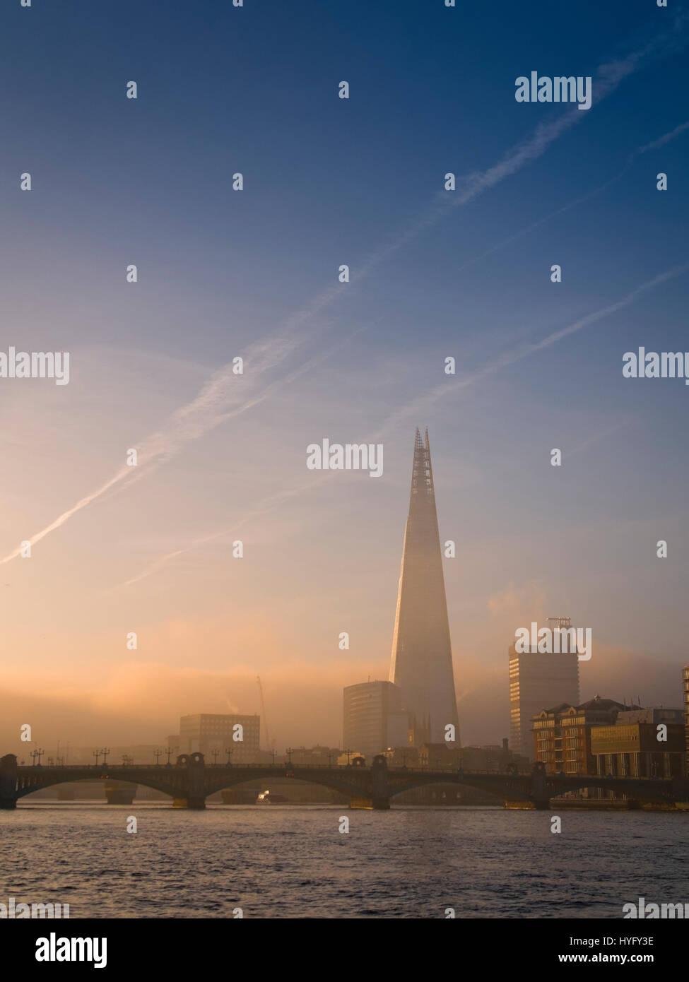 Sonnenaufgang über dem Shard Gebäude und Themse, London. Stockbild