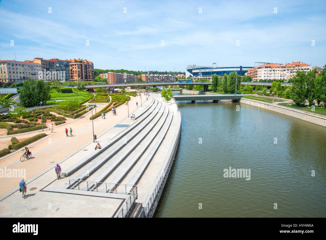 Madrid-Rio Park und Fluss Manzanares von Toledo Brücke. Madrid, Spanien. Stockbild